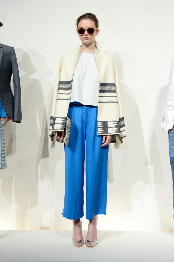 1317bafd28 J.Crew, pantaloni larghi blu royal e mantella peruviana - UnaDonna
