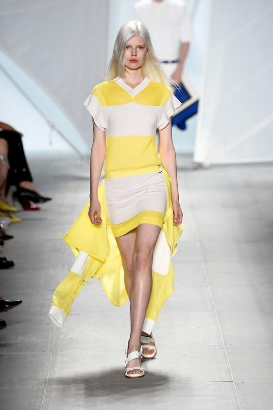 Abito asimmetrico, nelle tonalità del giallo chiaro e bianco