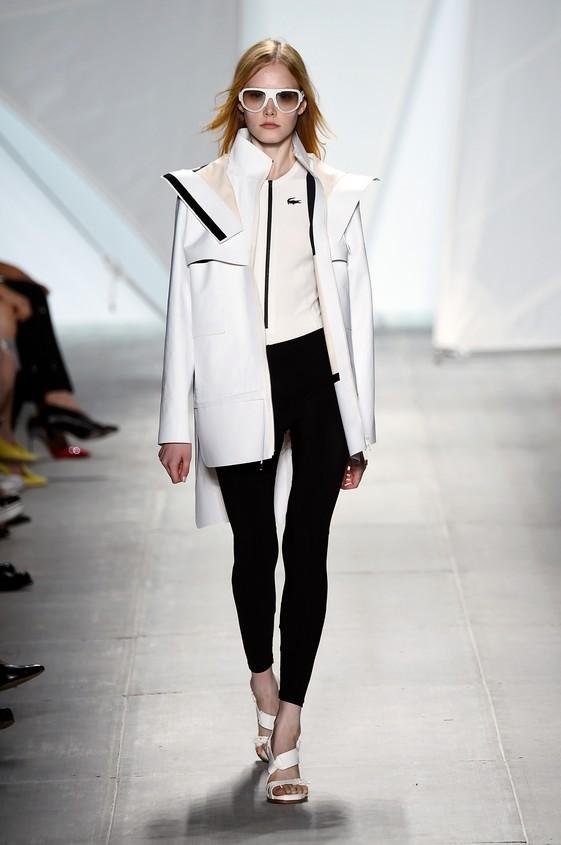 Look black and white, composto da: giacca oversize, blusa bianca e pantaloni attillati neri