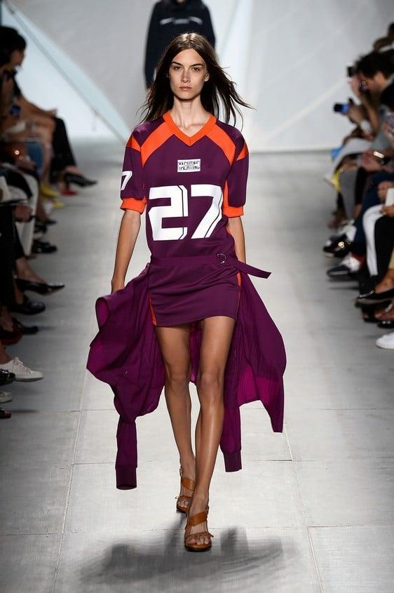 Abito asimmetrico sporty-chic, nelle tonalità del viola scuro con dettagli arancioni e scritta