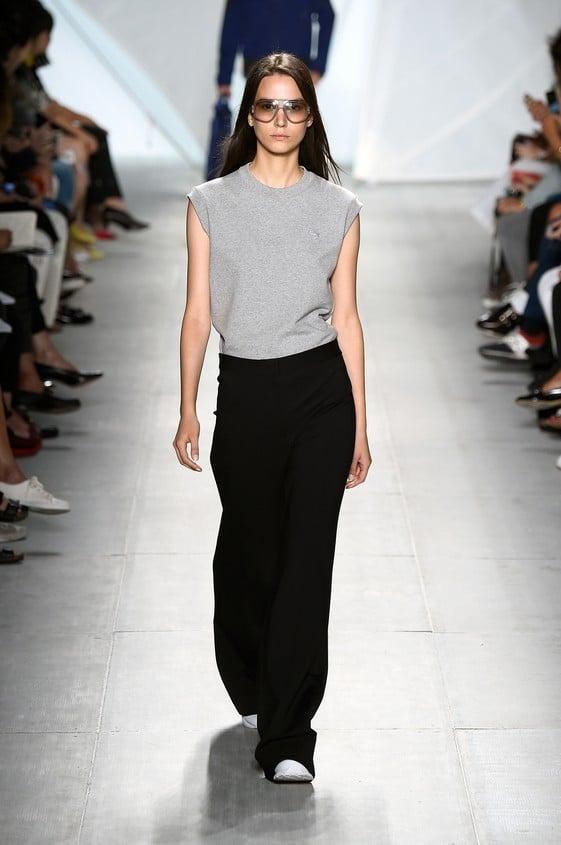 Canotta grigia minimal, abbinata ad un pantalone nero ampio