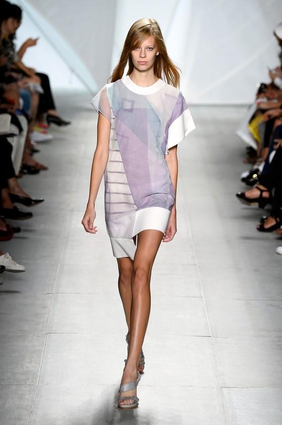 Mini dress stampato, nelle tonalità tenue e delicate come il lilla, bianco e azzurro