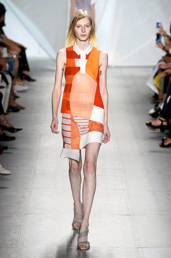 Abito corto, stampato con sovrapposizione di tessuti differenti, nei colori: arancione, rosso e bianco