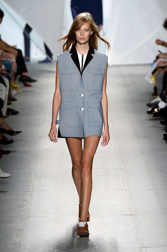 Giacca grigia, corta senza maniche, utilizzata come un vestito
