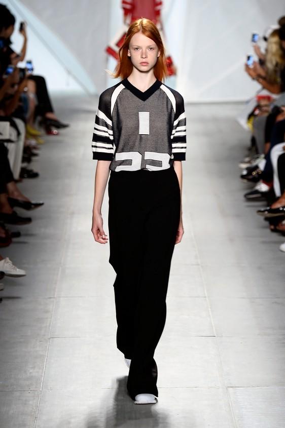 Pantalone nero ampio, abbinato ad una maglia sportiva con dettagli bianchi