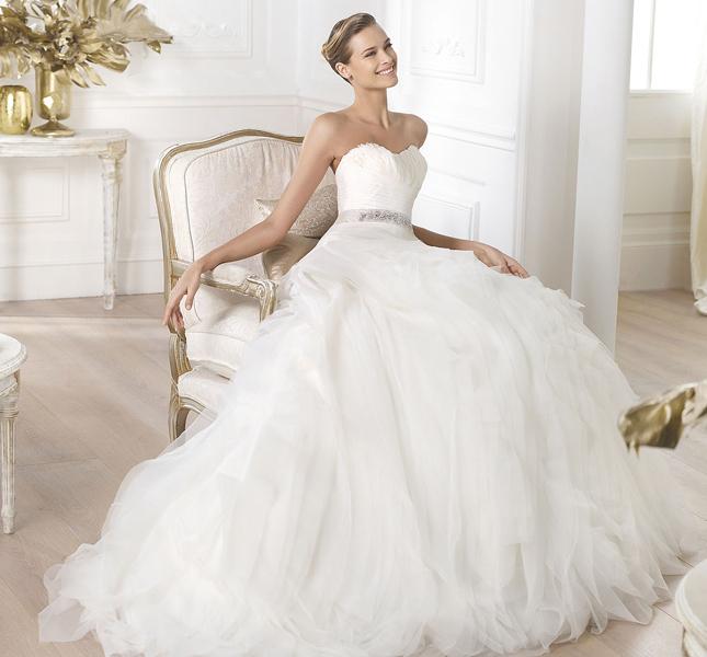 Per spose dalla linea principesca ecco il modello Leina.