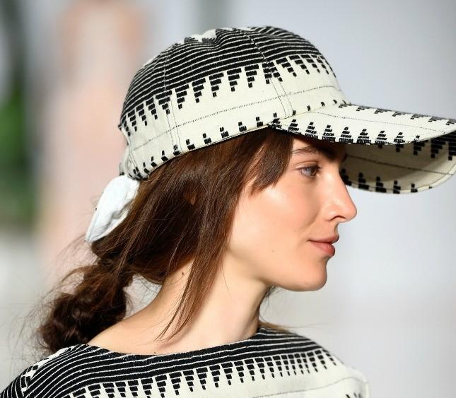 Anche per Mara Hoffman il capello deve essere domato da un accessorio, purché sia un cappello con visiera in pendant con l'abito