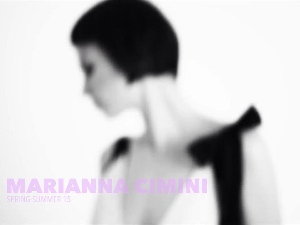 La collezione primavera/estate della stilista Marianna Cimini, i colori sono basic, come il bianco e il nero, così come le linee e le forme per creare una sensazione di leggerezza