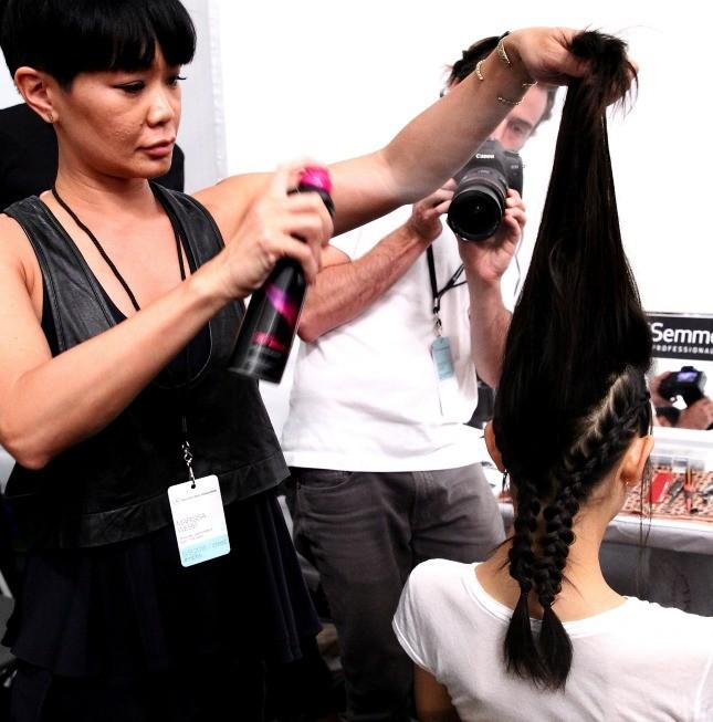 Preparazione per l'hairstyle nel backstage di Marissa Web