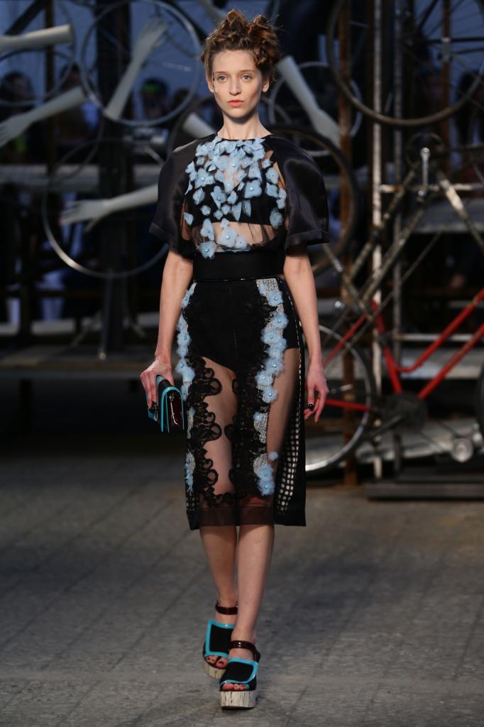Antonio Marras, MFW, collezione Primavera-Estate 2015: abito con trasparenze e maniche in seta nere. Applicazione fiorellini celesti su top e gonna alla caviglia