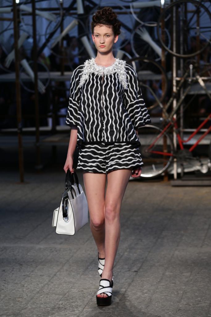 Antonio Marras, MFW, collezione Primavera-Estate 2015: shorts e blusa a righe ondulate nere e bianche. Adorno prezioso sul collo