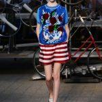 Shorts a righe e blusa con decorazioni
