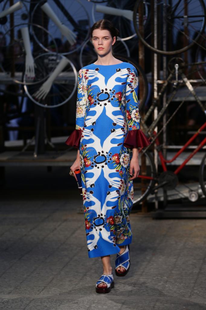 Antonio Marras, MFW, collezione Primavera-Estate 2015: tunica lunga con stampa astratta e mani nei toni del celeste, la manica è a corolla in contrasto colore