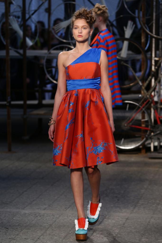 Antonio Marras, MFW, collezione Primavera-Estate 2015: abito con gonna a ruota, monospalla in contrasto colore e stampa a spruzzi di colore