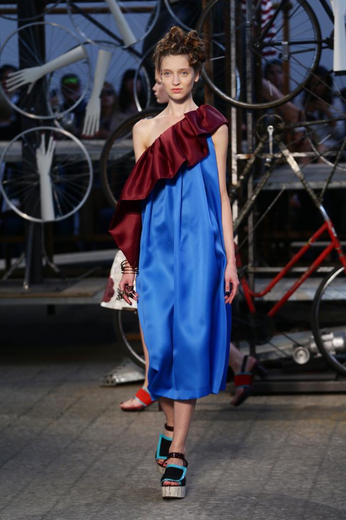 Antonio Marras, MFW, collezione Primavera-Estate 2015: abito in seta celeste a sacco con monospalla-volant in contrasto colore