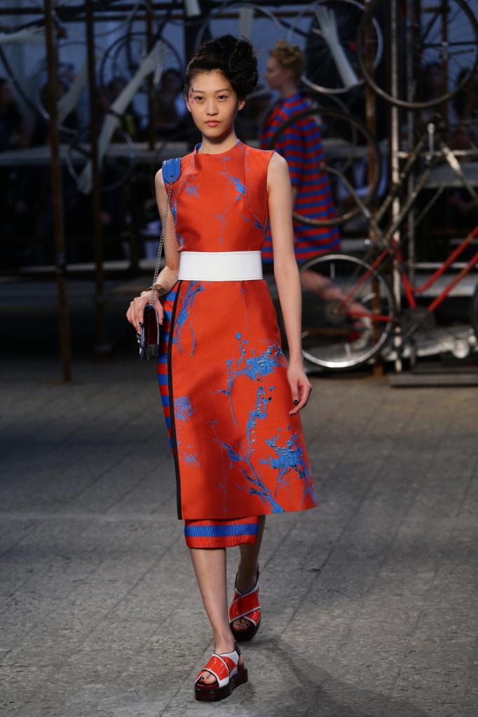 Antonio Marras, MFW, collezione Primavera-Estate 2015: abito-kimono con gonna portafoglio e stampe in contrasto. Strizzato in vita da cinturone bianco