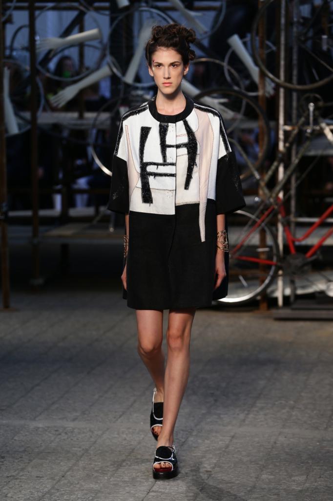 Antonio Marras, MFW, collezione Primavera-Estate 2015: miniabito con lunga apertura sul davanti, in blocco di colore nero e bianco con stampa astratta sul davanti