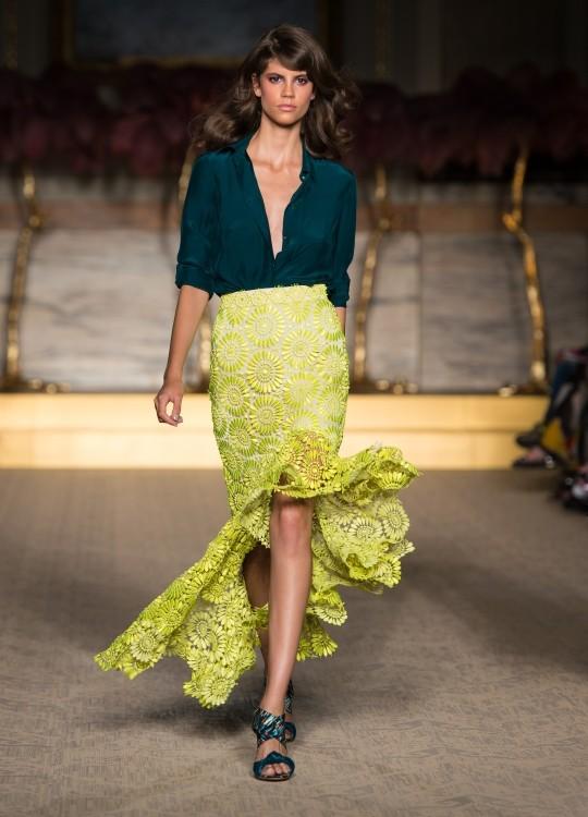 Blusa in seta, vede, con scollatura profonda, abbinata ad una gonna volant, nel colore giallo acceso