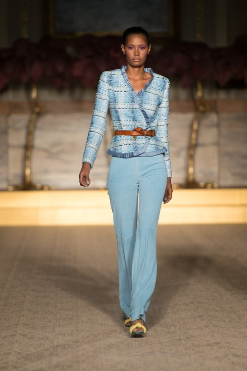 Giacca con cintura in vita, abbinata ad un pantalone morbido, dal colore azzurro