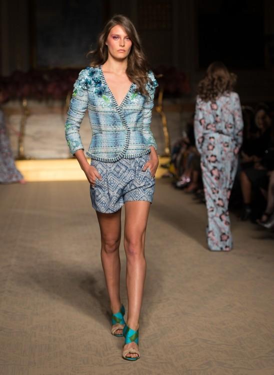 Giacca e shorts stampati, nelle tonalità azzurre