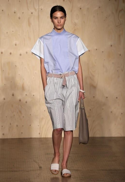 Camicia semplice, abbinata a pantaloni fino al ginocchio