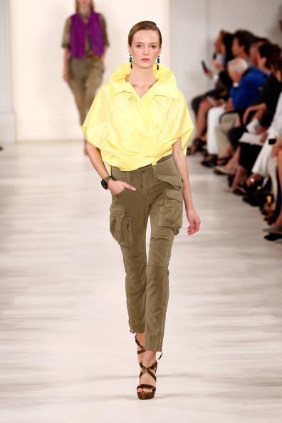 Blusa nella nuance gialla, con pantalone skinny verde militare