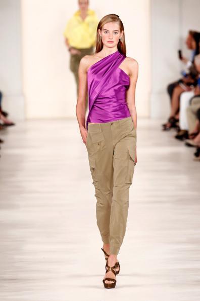 Top in raso, viola, abbinato ad un pantalone con tasche laterali