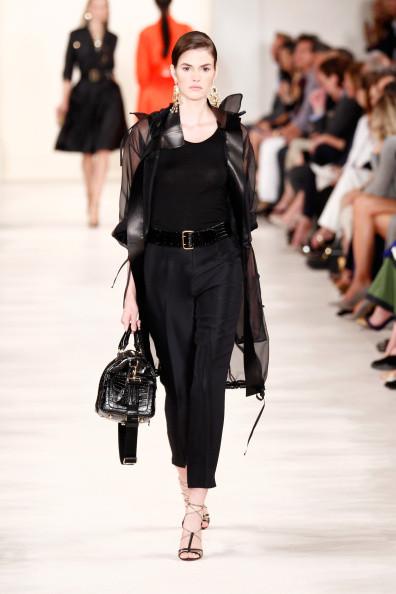 Look in total black: trech, blusa, pantalone dritto e borsa a mano
