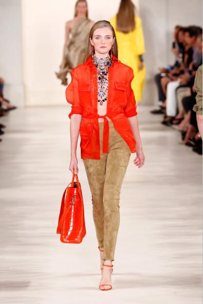 Giacca color rosso acceso, con pantalone skinny, e maxi bag