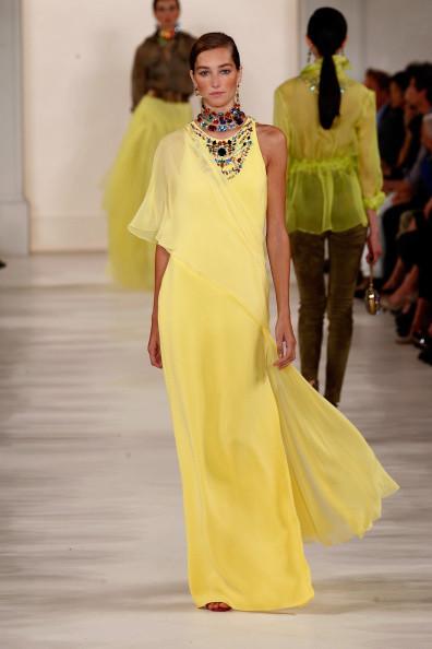 Abito dritto in seta, nella tonalità del giallo chiaro