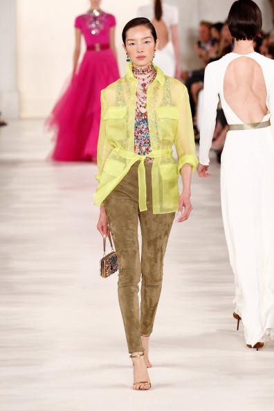 Giacca trasparente, nel colore giallo acceso, con pantaloni skinny