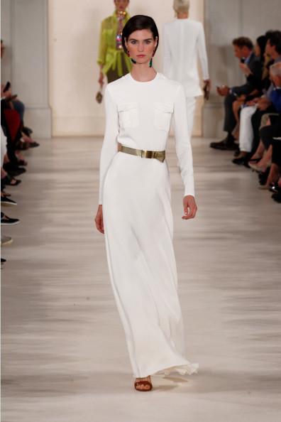 Abito bianco dritto, con manche lunghe, nella nuance bianca, con cintura golden in vita