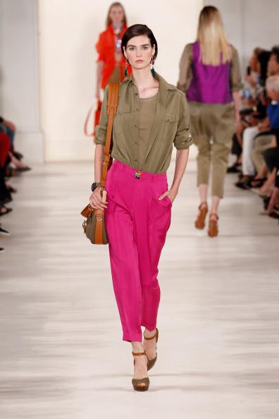 Camicia verde scuro, con pantalone elegante nel colore fucsia