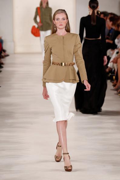Giacca beige scuro, con cintura in vita, abbinata ad una gonna bianca