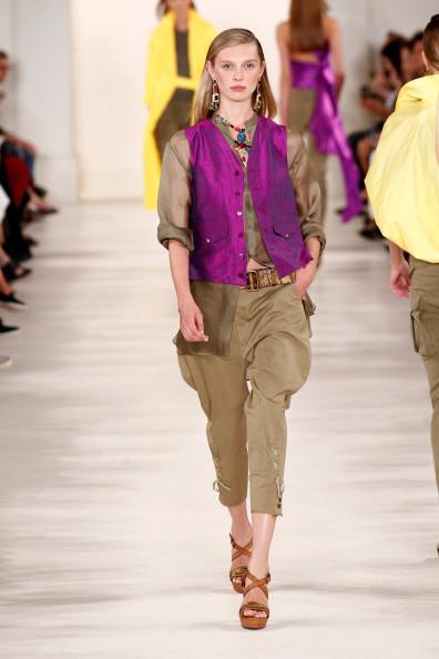 Camicia e gilet fucsia in raso, con pantalone ampio
