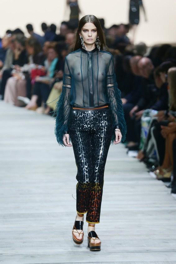 Blusa in chiffon trasparente, con pantalone nero in pelle