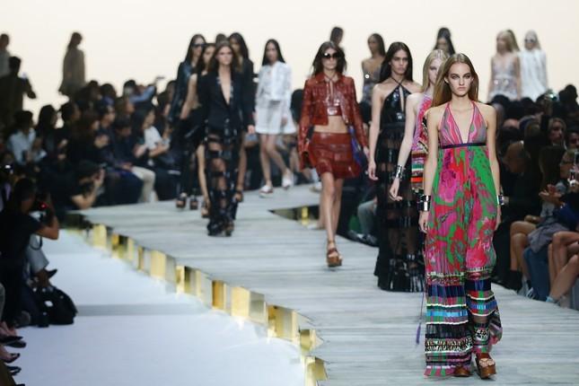 Una gipsy moderna, super trendy e decisamente sexy: è la donna che Roberto Cavalli porta sulla passerella della Milano Moda Donna