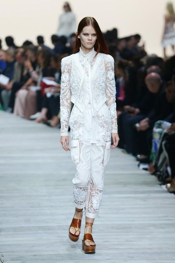 Top e pantalone, in total white, tutto ricamato