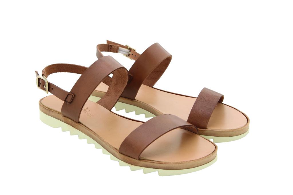 Linee essenziali per i sandali in cuoio, perfetti per le vacanze estive