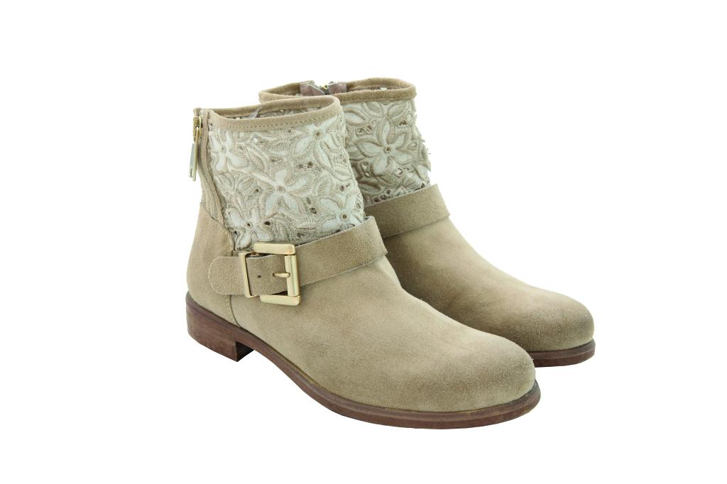 Stivali estivi con inserti in pizzo: these boots are made for walking!