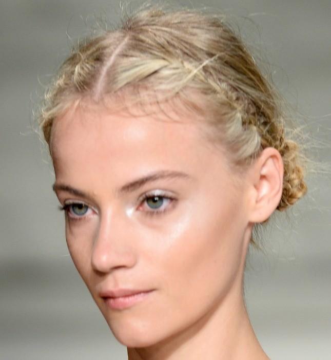 Stella Nolasco, particolare capelli: nella parte anteriore sono raccolti in due trecce olandesi che confluiscono nella parte bassa posteriore