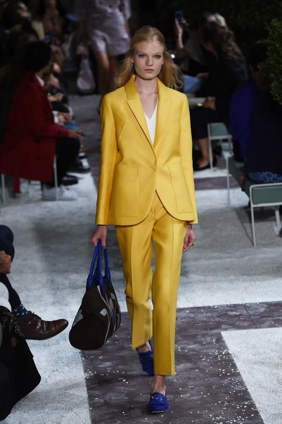 Completo giacca-pantalone nel colore giallo
