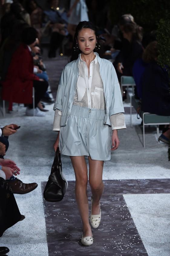 Completo giacca e shorts ampi, nella tonalità dell'azzurro