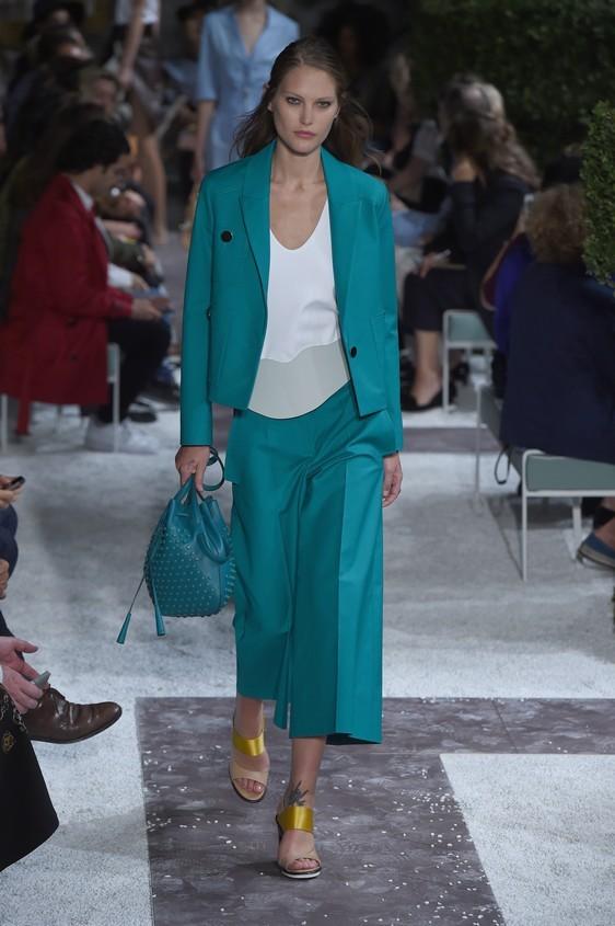 Blusa bianco, con giacca e pantalone a palazzo, nella tonalità del turcherse