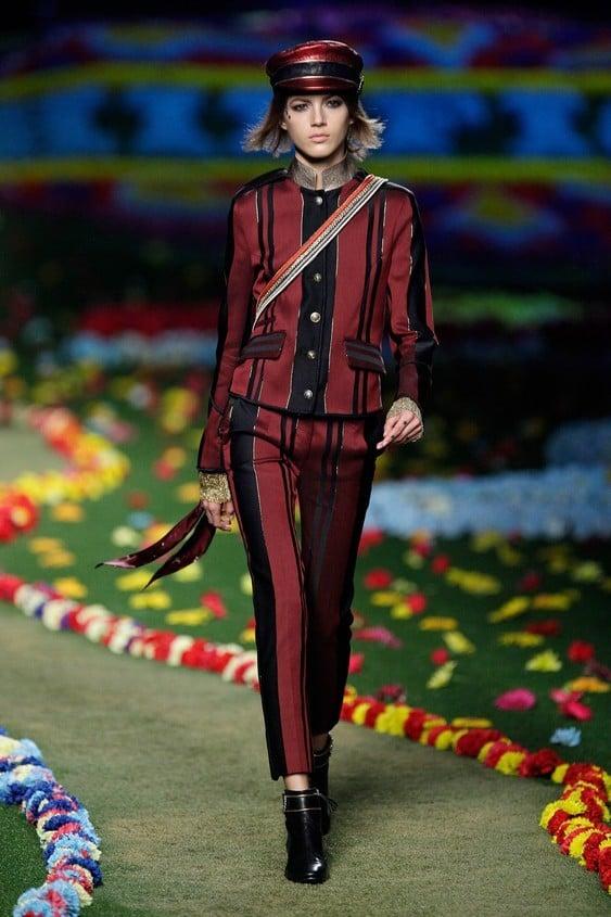 Giacca e pantalone skinny in stile militare, nei colori bordeaux e nero