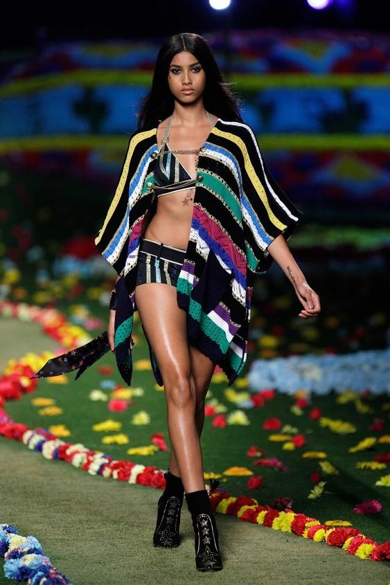 Bikini a righe colorate, con coprispalle coordinato