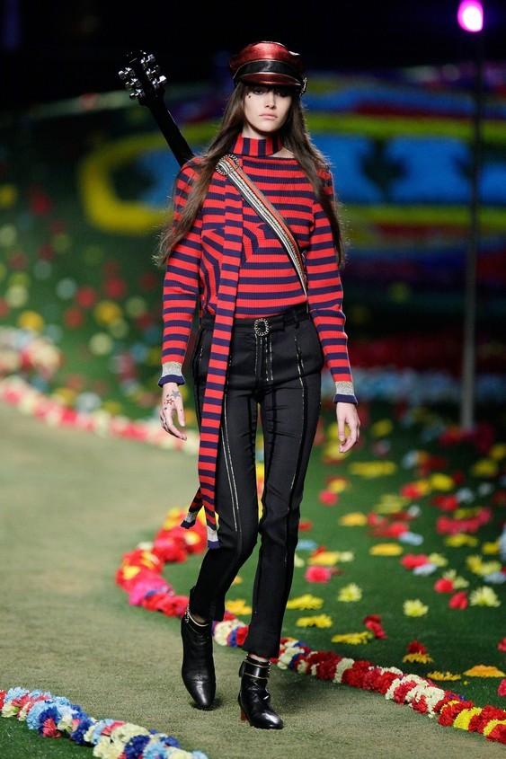 Maglia a righe rosse e blu, con pantaloni skinny neri