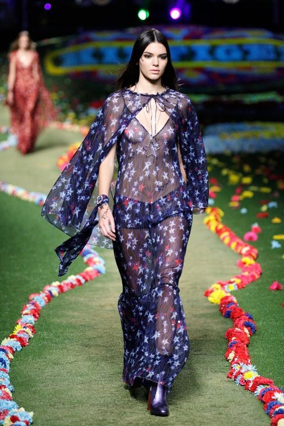 Long dress, trasparente, dal tessuto leggero, nel colore blu con stelle