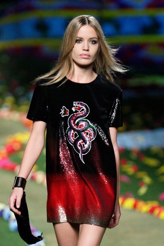 Mini dress metallizzato, nei colori nero e rosso sul fondo
