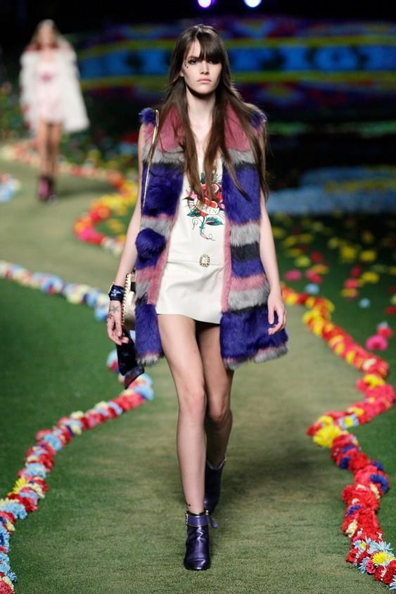 Mini dress con gilet in pelliccia colorata